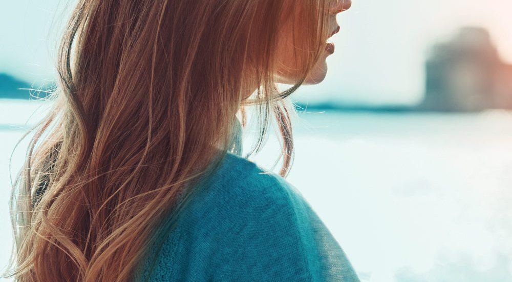 Modella di tre quarti capelli lunghi | Kléral System