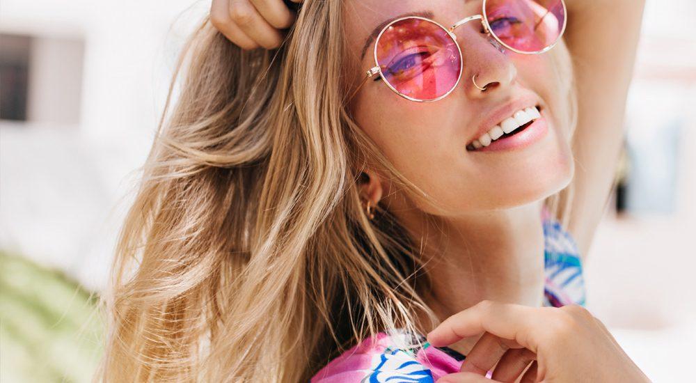 Modella occhiali da sole rosa | Kléral System