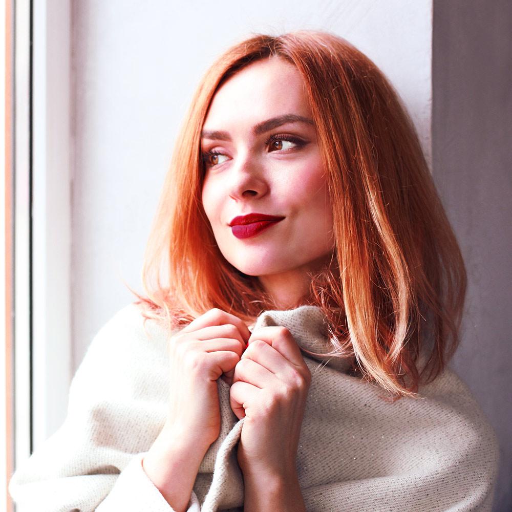 Modella capelli rossi in posa | Kléral System